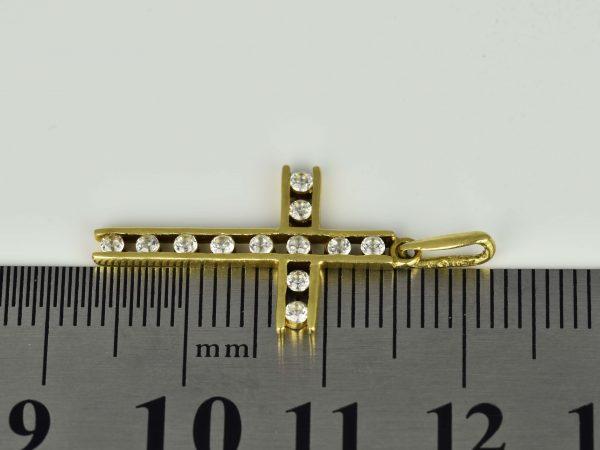 | Cruz de oro 18K Dimensiones: 24 x 14 x 1.7 mm