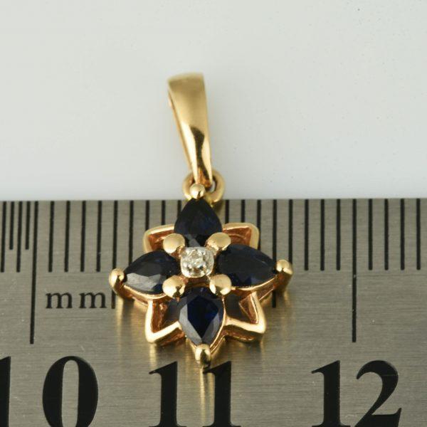 | Colgante de oro 14K en forma de flor estrellada